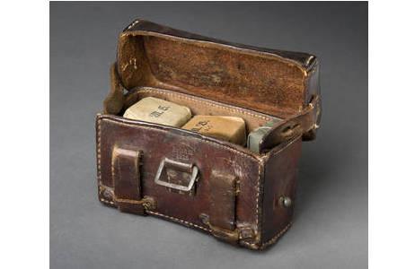 Ledertasche mit Verbandmaterial aus dem ersten Weltkrieg; Foto: W. Reichmann, NHM Wien