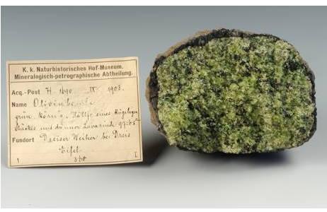 Olivin-Bombe mit Etikett; Foto: A. Schumacher,  NHM Wien