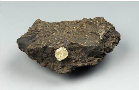 Unregelmäßiger, gerundeter Diamant-Kristall (etwa 5 Karat) in grünlicher Kimberlit-Matrix; Foto: A. Schumacher, NHM Wien