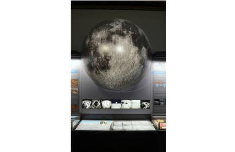 Die Mondvitrine in Saal V - Meteoritensaal; Foto: NHM Wien, K. Kracher