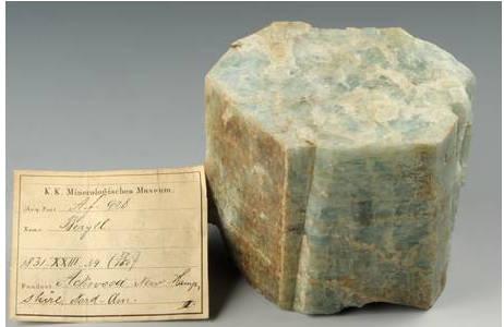 """Beryll-Kristall mit Etikett (der verstümmelte Fundortname """"Ackwood"""" ist mit sehr großer Wahrscheinlichkeit Beryl Mountain bei South Acworth); Foto: A. Schumacher, NHM Wien"""