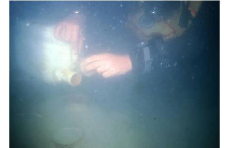 Ausgießen unter Wasser in 17 m Tiefe, Bucht von Strunjan bei Piran, Slowenien; Foto: M. Stachowits