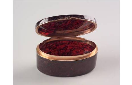 Dose aus rissigem Almandin Kristall gefertigt, Pusygraben, 2. Hälfte 18.Jht.; Foto: A. Schumacher, NHM Wien