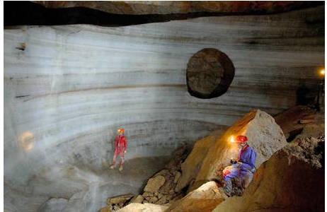 Eiswand mit Degenerationserscheinungen in der Dachstein-Mammuthöhle; Foto: H. Thaler (Behamberg)