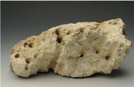 Abgebrochener Felsblock der Höhlendecke mit Röhrenkarren; Foto: A. Schuhmacher, NHM-Wien