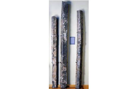 Gesamtansicht der drei Basaltsäulen, die in Saal IV ausgestellt sind; Foto: A. Schumacher, NHM Wien