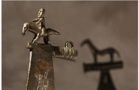 Zierbeil mit Reiterfigur (PA25626)
