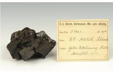 Melilith-Kristalle mit Etikett; Foto: NHM Wien, A. Schumacher
