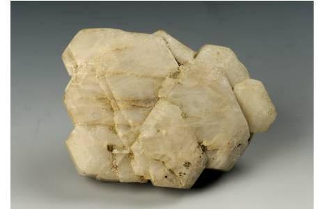 Aus dem Zillertal: flache Kristallgruppe von tafeligen Apatit-Kristallen; Foto: A. Schumacher, NHM Wien