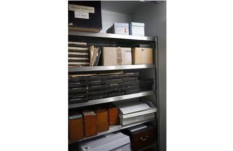 Kühlzelle: Regal mit größtenteils historischen Boxen für Glasplattennegative; Foto: NHM Wien, Archiv für Wissenschaftsgeschichte