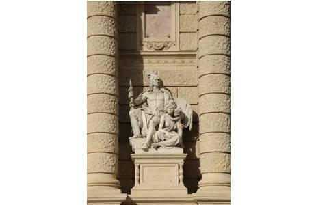 """Bild 2: """"Amerika & Australien"""" von Karl Kundmann, Fassade Maria Theresien Platz; Foto: A. Schumacher, NHM Wien"""