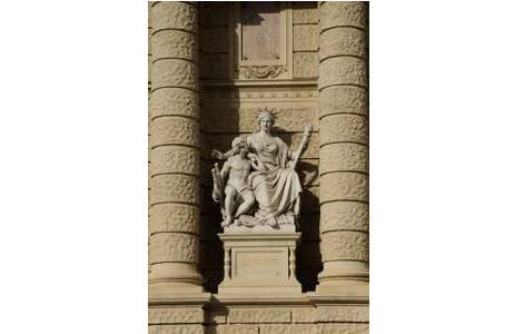 """Bild 1: """"Europa"""" von Karl Kundmann, Fassade Maria Theresien Platz; Foto: A. Schumacher, NHM Wien"""