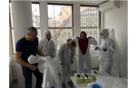 Das Anlegen von Reinraum-Schutzkleidung vor dem Betreten des aDNA Labors der Universität Wien (Anthropologisches Institut); Foto: R. Pinhasi, Universität Wien