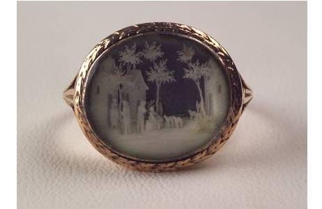 Ring mit Mikroschnitzerei aus Elfenbein 1.8 x 1.6 cm, Inv.Nr. L9142; Foto: A. Schumacher, NHM Wien