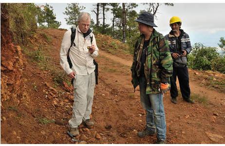 Dr. Uwe Kolitsch (NMW, Mineralogie) und Dr. Kyaw Khaing Win (Geologe aus Myanmar) während der multidisziplinären Forschungsreise in das Edelsteingebiet von Mogok (2016)