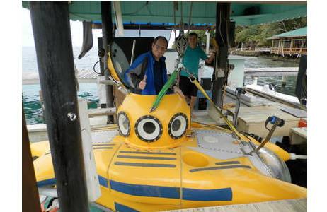 Einstieg in das winzige Forschungs-U-Boot. Die Tauchfahrt ist nichts für Klaustrophobiker!; Foto: NHM Wien