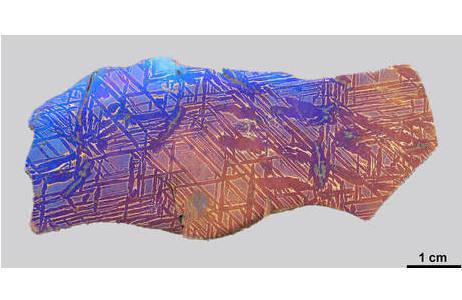 Originalplättchen des Eisenmeteoriten Hraschina, an dem Alois Beck von Widmanstätten Erhitzungsversuche durchgeführt hat; Foto: L. Ferrière, NHM Wien