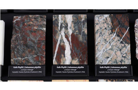 Überblicksaufnahme mehrer Campan grand mélange Kalk-Phyllit-Proben, wie sie im Schaubereich in Saal I des NHM zu sehen sind; Foto: A. Schumacher, NHM Wien