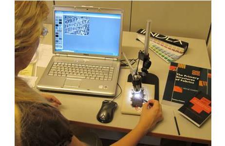 Prähistorische Textilien werden mit dem Mikroskop analysiert.