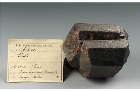 Rutil-Kristall von Graves Mountain, mit Etikett; Foto: A. Schumacher,  NHM Wien