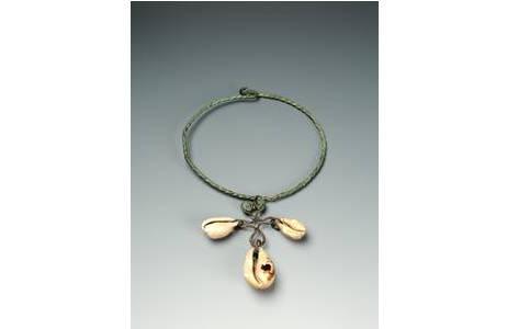 Halskette mit Kaurischnecken; Foto: A. Schumacher, NHM Wien
