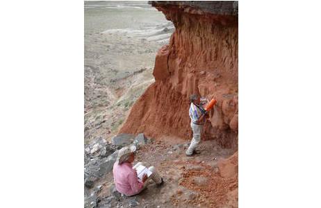 Geophysikalische Messungen während der Suche nach besonders fossilreichen Lagen in den ziegelroten Wüstenablagerungen des Oligozäns; Foto: NHM Wien