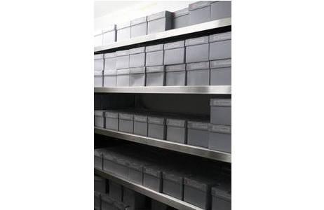Kühlzelle: Regal mit modernen Säurefreien Boxen für Glasplattennegative; Foto: NHM Wien, Archiv für Wissenschaftsgeschichte