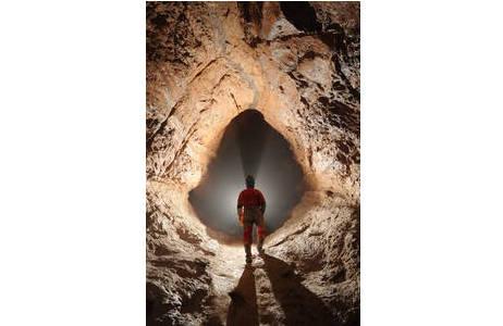 Vom Wasser ausgelaugter Gang in der Hirlatzhöhle; Foto: L. Plan, NHM-Wien
