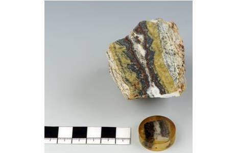 Polierter Anschliff eines Erzganges mit Galenit, Sphalerit, Silber- und Arsenmineralien (Mine Nr. 80, Plaka, Lavrion); Foto: A. Schumacher, NHM Wien